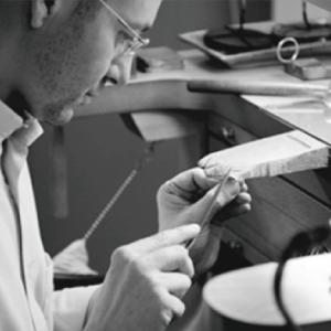 Daniel-Vior-de-ontwerper-aan-het-werk-Wolters-Juweliers-Coevorden-Emmen