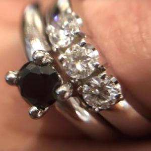 Elise-met-zwarte-diamant-met-een-rijring-uit-onze-Memories-collectie-Diamond-Wolters-Juweliers-Coevorden-Emmen